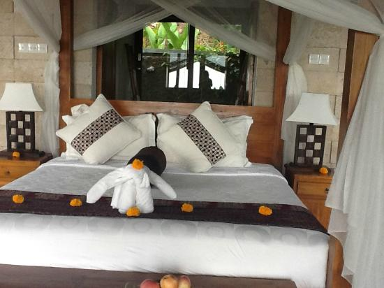 Munduk Moding Plantation: the bathroom is behind the bed