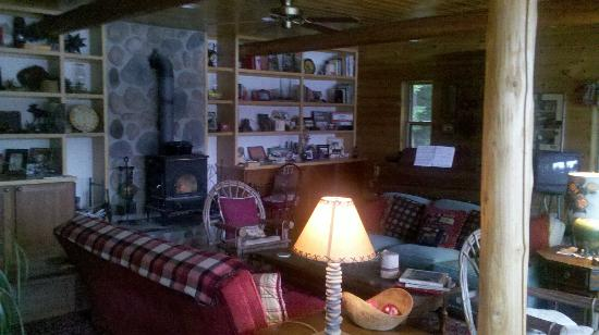 Kiwassa Lake Bed & Breakfast: dining/sitting area
