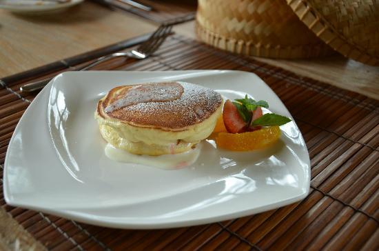 Puri Sunia Resort: The fruit-filled breakfast pancakes were incredibly delicious!