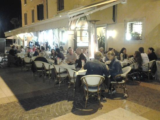 ristorante pizzeria al porto: di notte...