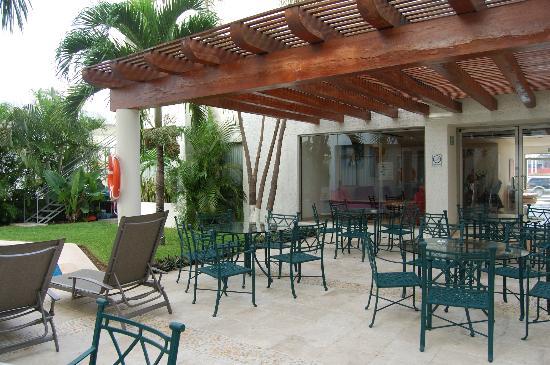 Ambiance Suites : Zona para tomar alimentos al aire libre junto a la alberca