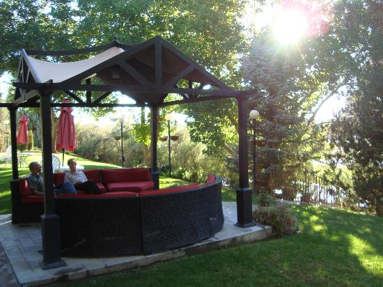 River Terrace Inn: Outside seating area