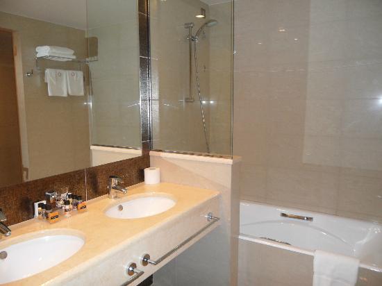 Apollonion Resort & Spa Hotel: Suite bathroom