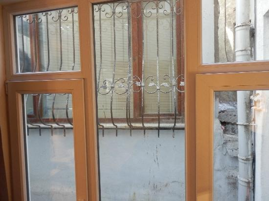 Ayasultan Hotel: triple room view of building next door