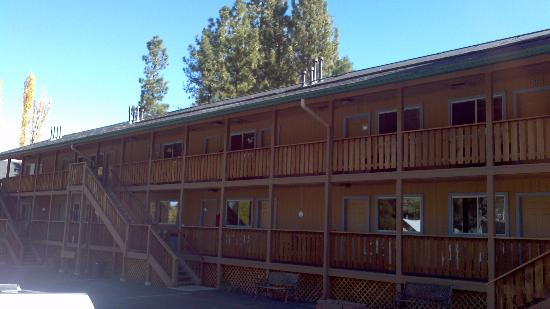 Snow Lake Lodge: Front of lodge..