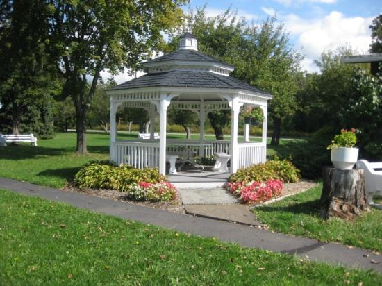 Lukan's Farm Resort: Flower garden gazebo