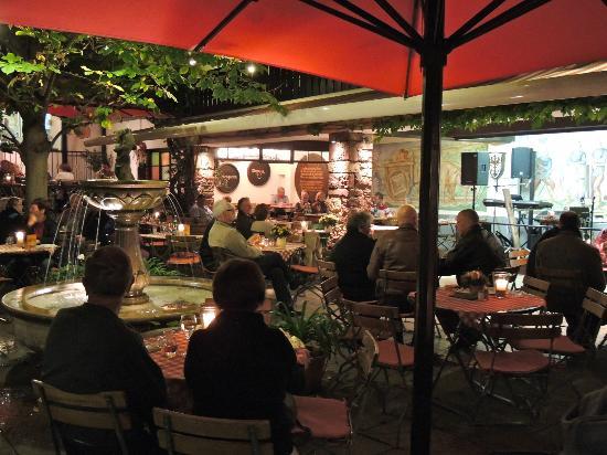 Hotel Lindenwirt: Terrace in courtyard on Drosselgasse
