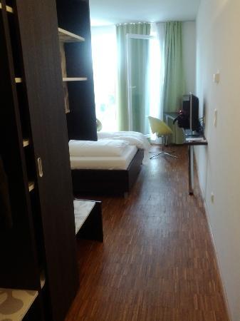 Arte Hotel Krems: Blick ins Zimmer (von der Tür aus fotografiert)