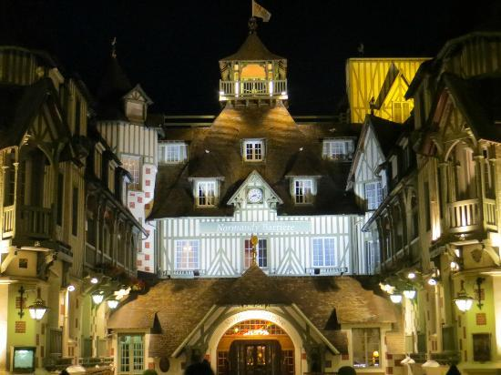 Hotel Barriere Le Normandy Deauville: Hotel main entrance at night