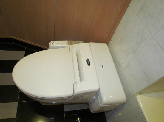 Novotel Ambassador Seoul Gangnam: toilet with automated bidet function