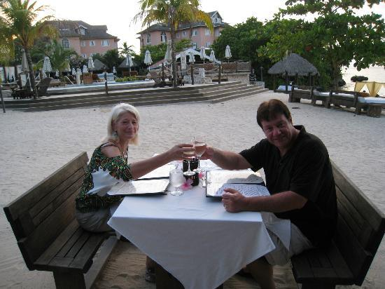 Sandals Ochi Beach Resort: Dinning on the Beach!