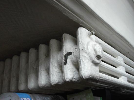 Hotel Amarys Simart: radiator in room
