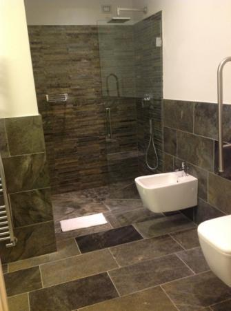 bagno enorme e chic!!! - Picture of Hotel di Varese, Varese ...
