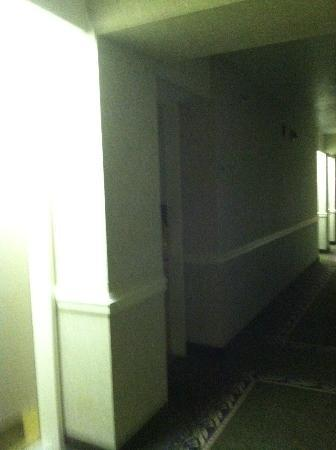 Wyndham Virginia Beach Oceanfront: dark hallway
