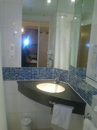 Holiday Inn Express London - Hammersmith: parte del bagno 516