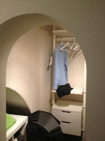Tre Agavi: Ample clothing storage (Via Garibaldi Room's