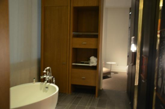 Andaz 5th Avenue: bathroom area
