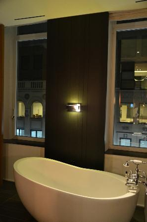 Andaz 5th Avenue: tub area