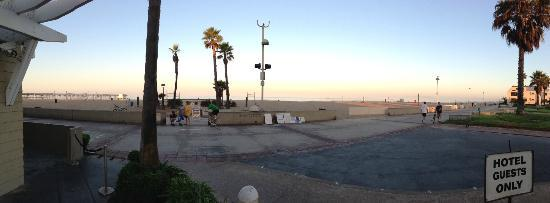 Beach House Hotel Hermosa Beach: This is the outdoor cafe where you can enjoy some breakfast. 6:30am Saturday morning