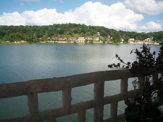 Flores Waterfront Hotel Lacandon : La Vista al lago desde el segundo nivel del Hotel...