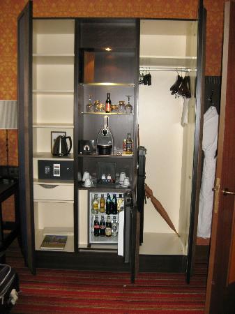 Grand Hotel Amrath Amsterdam: Closet/minibar