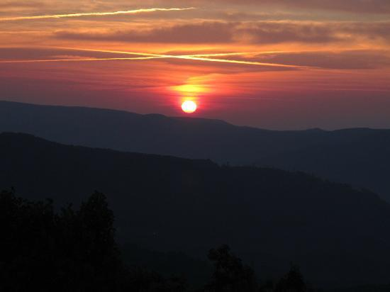 Alpine Inn : Sunrise Over the Mountains