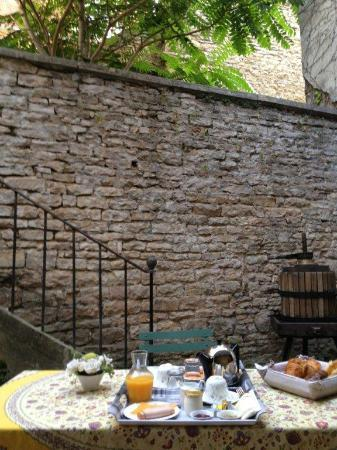 Le Petit Tertre : Breakfast in the courtyard