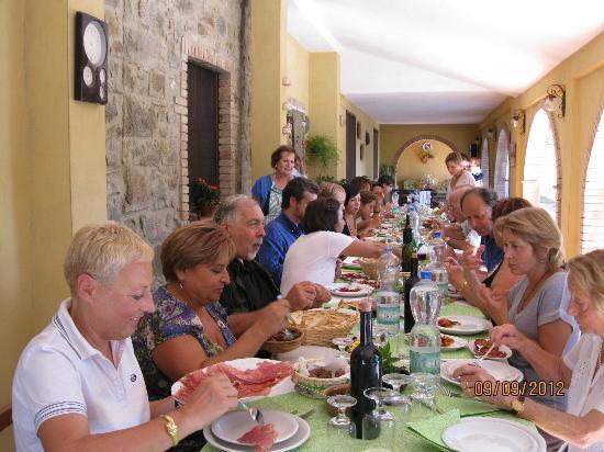 Agriturismo La Leggenda: tavolata di famiglia cugini ...nipoti...pronipoti.....