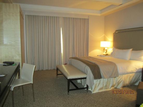 Omni Berkshire Place: Spacious room - NYC standard