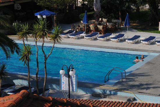 Alykes Garden Village: Plenty of sunbeds 