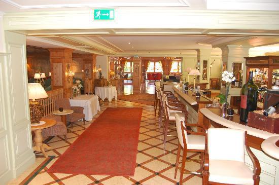 Hotel Tirolerhof: Bar and foyer