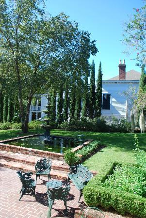 Historic Oak Hill Inn: The garden