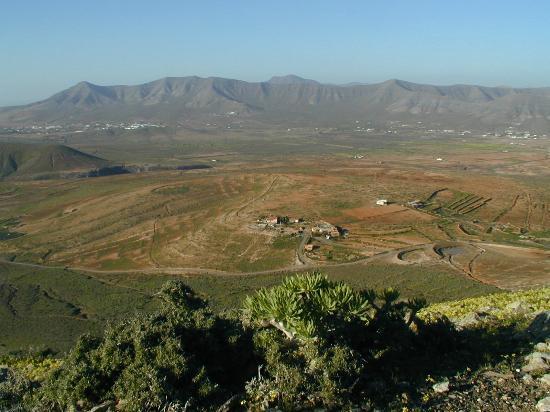 Alojamiento Rural La Rosa Del Taro: Vista desde la montaña de la Rosa del Taro