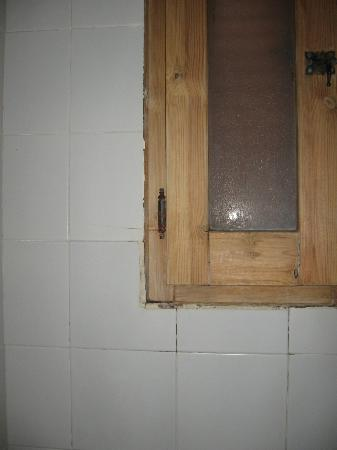 La Llosa : window in bathroom