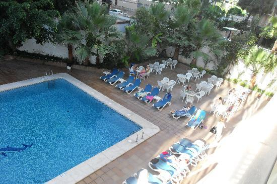 Hotel Perla: nice chill area/breakfast by the pool