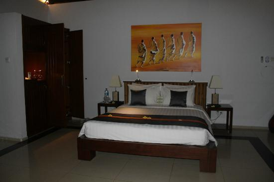 Siddhartha Ocean Front Resort & Spa: huge bed, soft sheets, tastefully decorated
