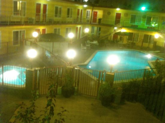 ‪‪Americas Best Value Inn & Suites‬: A view from my room at night overlooking the pool - lovely