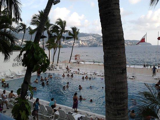Elcano Hotel: A piscina é quase quente demais, mas isso se deve ao clima, já que lá é um calooorr!