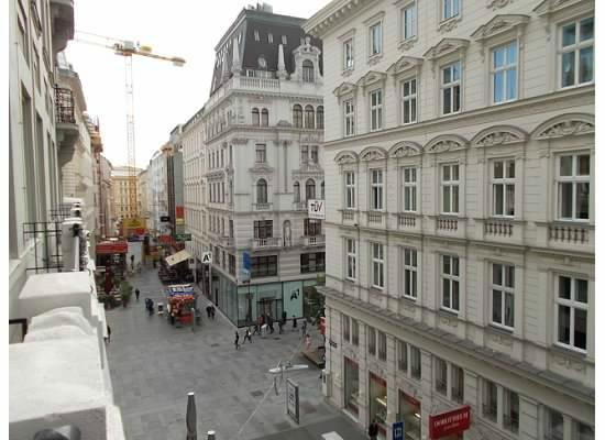 Austria Trend Hotel Astoria Wien: the pedestrian street from our room. Loved the happy noodle!