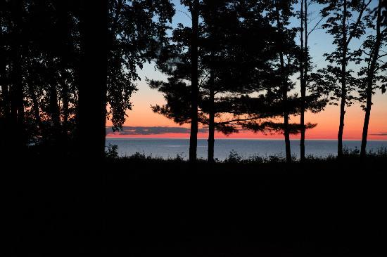 Scott's Superior Inn & Cabins: sunset on the beach-view from cabin