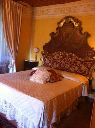 Relais La Corte dei Papi: Our elegant bedroom
