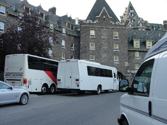 The Fairmont Banff Springs: Buses parked in front of Stanley Thompson Wing E facing rooms