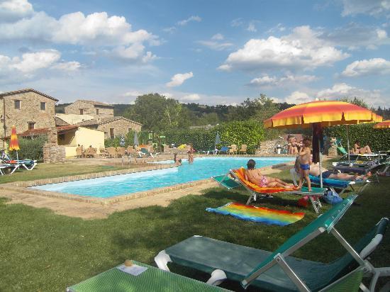 Agriturismo Acquacalda: Angolo piscina e agriturismo sullo sfondo