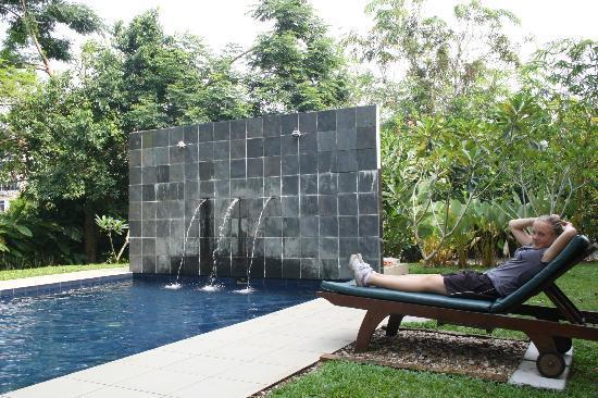 باساجا هوليداي ريزيدنس: Relaxing by the pool 
