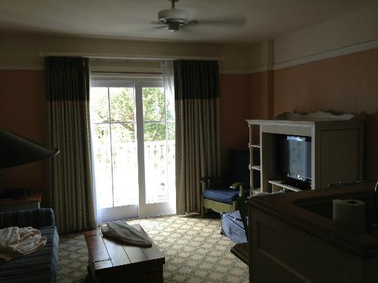 ديزنيز بيتش كلوب فيلاز: Living Room in 2 bedroom Suite