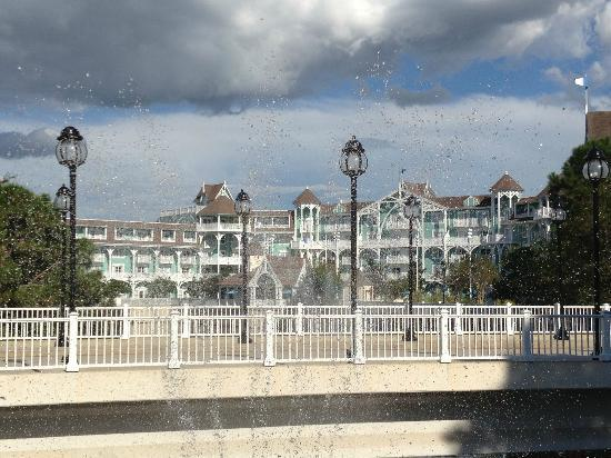 Disney's Beach Club Villas: View from Bus Departure area