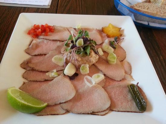 لاندهويس دانييل هوتل: some raw sliced beef 