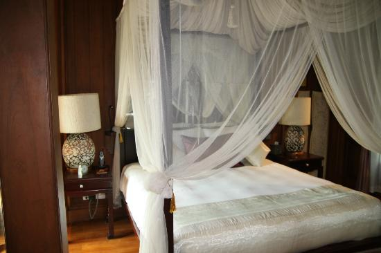 The Dhara Dhevi Chiang Mai: Bed in Villa