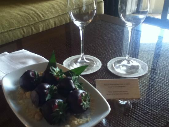 Four Seasons Resort Maui at Wailea: chocolate covered strawberries!