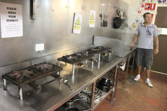Frasers On Rainbow Beach: Gas cooking stations in the communal travellers kitchen